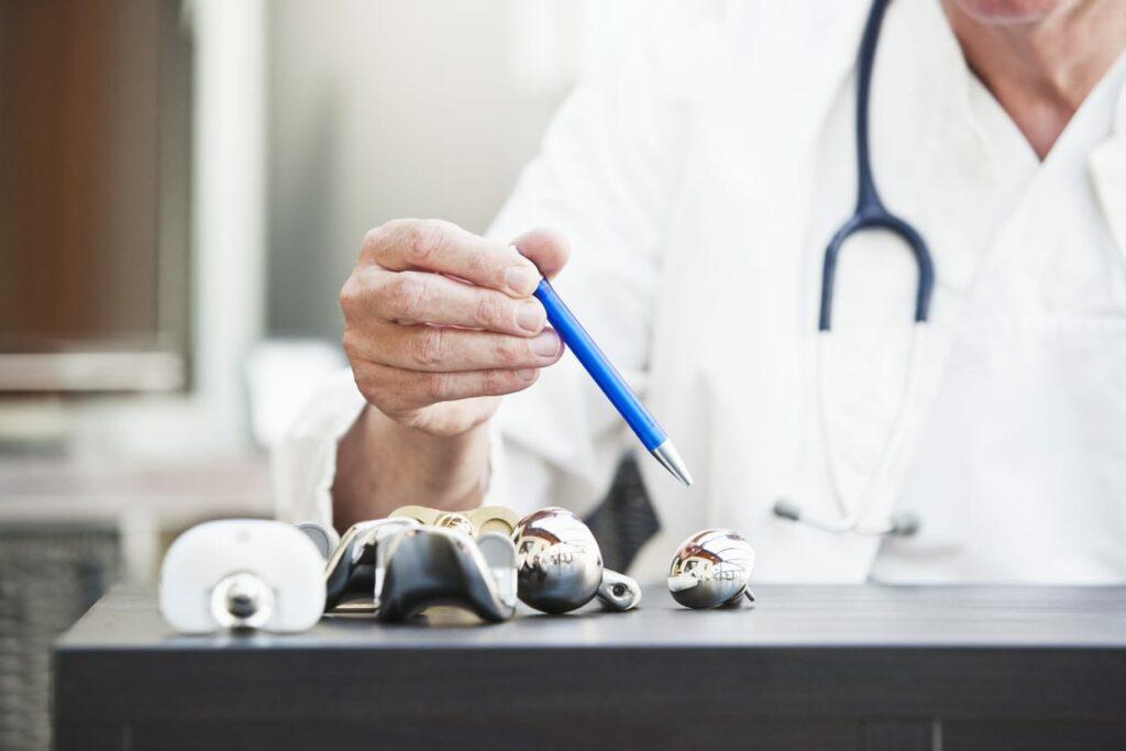 Arzt mit künstlichem Schultergelenk