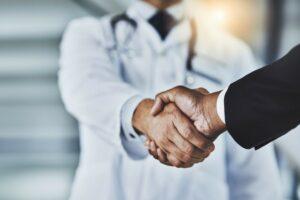 Doktor schüttelt Patienten die Hand